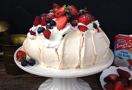 Pavlova torta sa šlagom i šumskim voćem