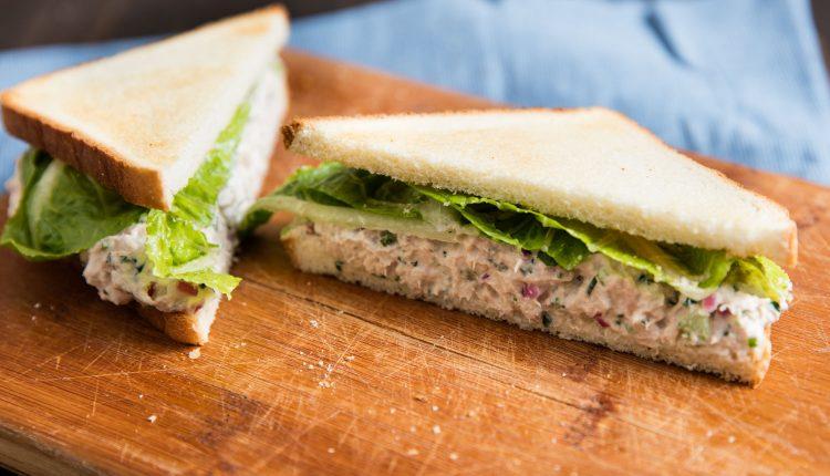 Sendvič za doručak sa salatom od tune