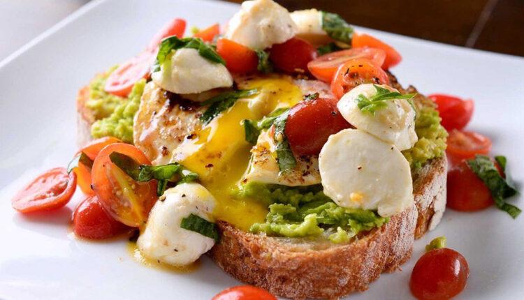Zdravi  ljetni doručak: Tost s avokadom i caprese salatom