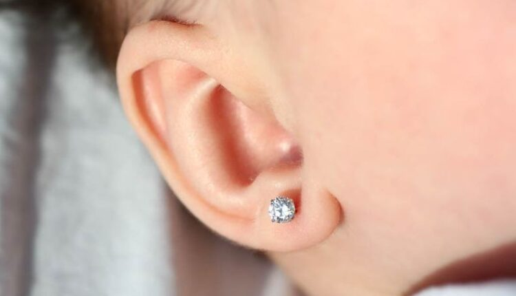 Zašto bušenje ušiju bebama nije dobra ideja
