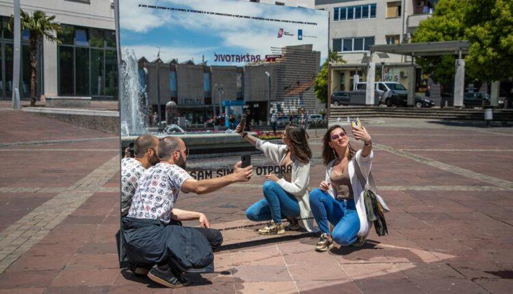 Instalacija slavi neautovane kvir ljude, a prolaznicima omogućava da sebe prepoznaju kao simbol otpora svim oblicima opresije